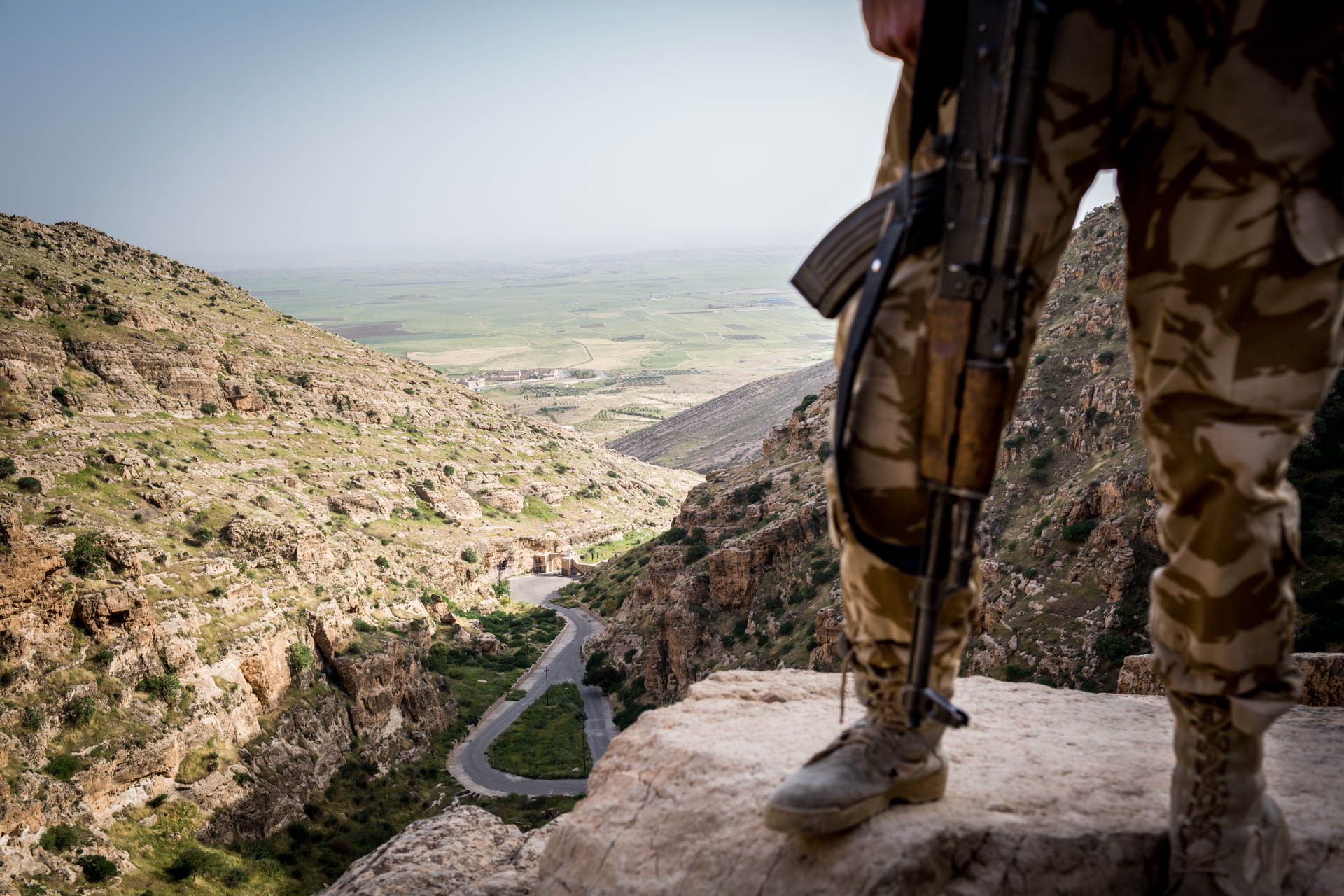 With a fighter standing on the cliff, the valley behind Alqosh can be seen. Mosul lies only about 40 km in this direction.
